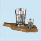 Pohár na pivo + pohárek na dřevěném prkénku